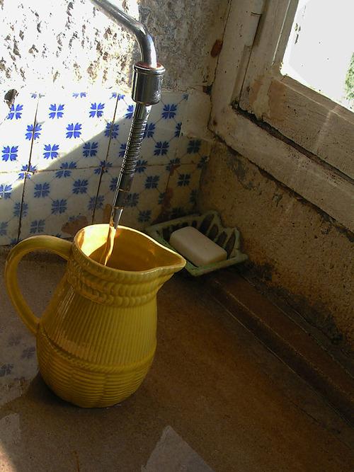on remplit la cruche sur l'évier